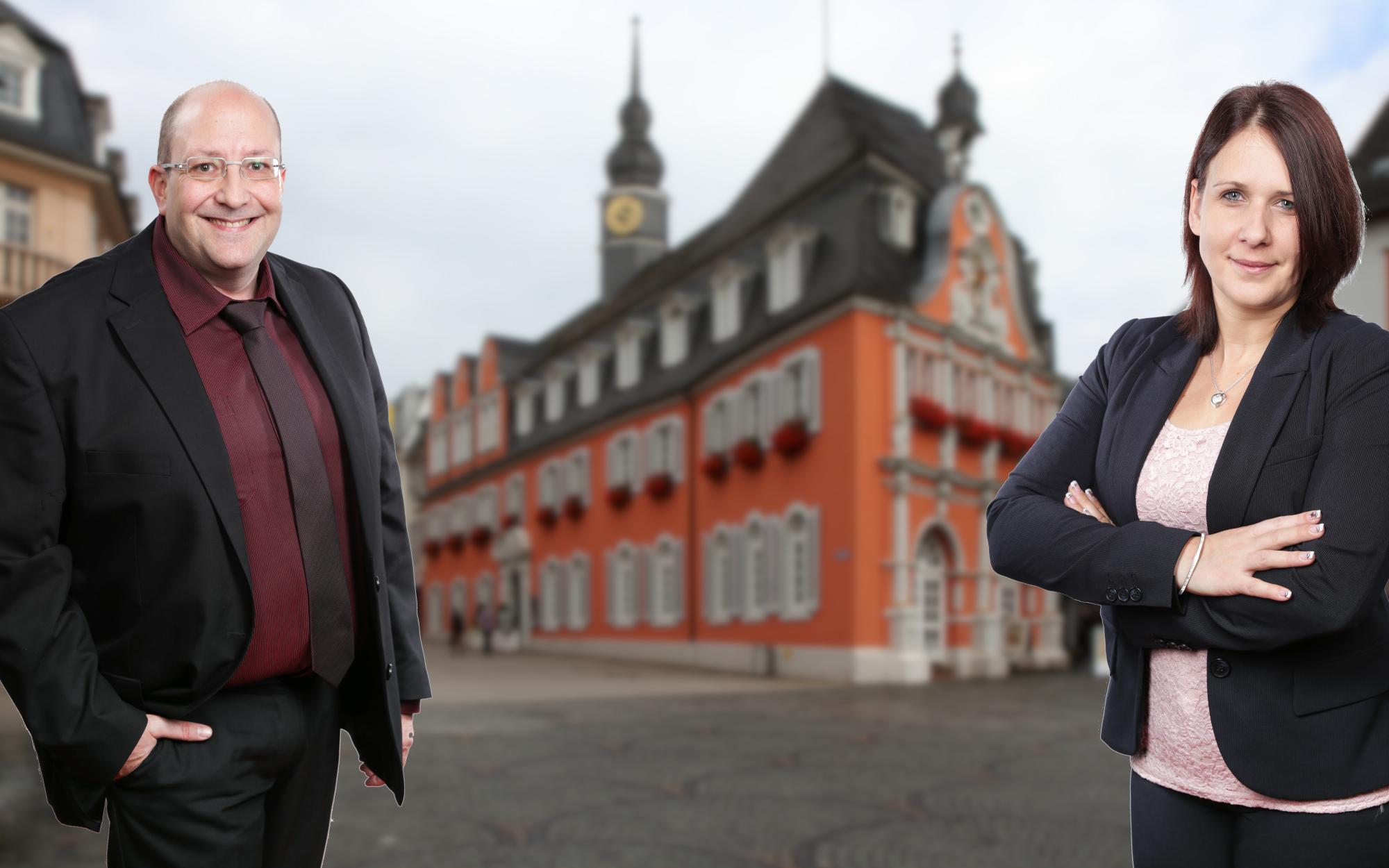 Hintergrundbild der Webseite: Ingrid Reinhard-Clair und Pascal Frank Clair vor dem Alten Rathaus in Wittlich